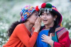 Buone notizie di sussurro di sorriso della tribù felice della collina fotografia stock libera da diritti