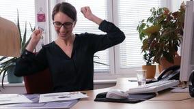 Buone notizie - una riuscita donna di affari che gode molto e che balla nell'ufficio video d archivio