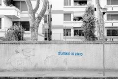 Buongiorno! Bom dia Pisa, Itália, mundo - um ful escrito azul Fotografia de Stock Royalty Free