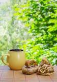 Buongiorno! Tazza ceramica con la bevanda calda ed i dolci orientali Vada Immagini Stock