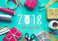 2018 buoni anni con la decorazione del presente del contenitore di regalo Immagine Stock Libera da Diritti