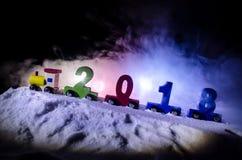 2018 buoni anni, i numeri di trasporto del treno di legno del giocattolo di 2018 anni su neve Treno del giocattolo con 2018 Copi  Fotografie Stock Libere da Diritti