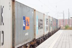 Buoni azionamenti del treno del contenitore attraverso trainstation Immagine Stock Libera da Diritti