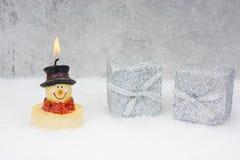 Buono di Natale con il pupazzo di neve ed i regali Fotografie Stock Libere da Diritti