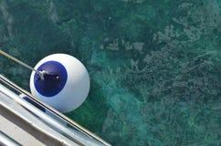 Buoy em um barco acima do oceano ciano e azul imagem de stock