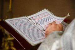 Buptism in chiesa russa con il libro Fotografie Stock