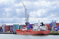 Buque amarrado en el puerto de Rotterdam. Foto de archivo