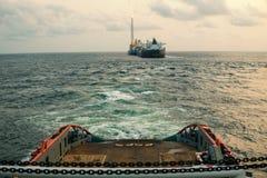 Buque de AHTS que hace la elevación estática del petrolero de la remolque Trabajo del tirón del océano imagenes de archivo