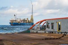 Buque de AHTS que hace la elevación estática del petrolero de la remolque Trabajo del tirón del océano fotografía de archivo libre de regalías