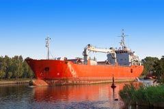 Buque de carga con el barco del tirón Imagenes de archivo