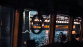 Buque de carga debajo del puente almacen de metraje de vídeo