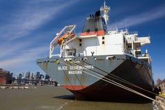 Buque de carga del puerto de NY Imágenes de archivo libres de regalías
