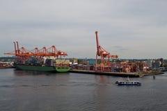 Buque de carga en el mar encendido fotos de archivo