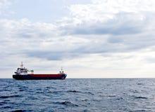 Buque de carga en el océano Foto de archivo libre de regalías