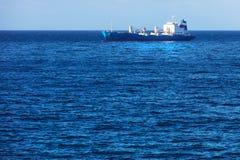 Buque de carga en el océano Fotos de archivo
