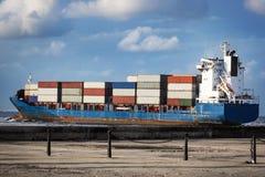 Buque de carga en el océano Fotografía de archivo libre de regalías