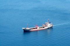 Buque de carga en el océano Imágenes de archivo libres de regalías