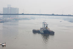 Buque de carga en el puerto Foto de archivo