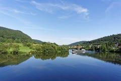 Buque de carga en el río Fotografía de archivo libre de regalías