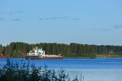 Buque de carga en el río en Rusia Fotos de archivo libres de regalías