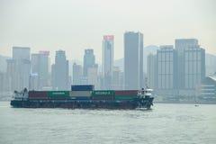 buque de carga en la bahía de Victoria, Hong Kong, China Imagen de archivo