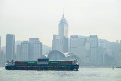 buque de carga en la bahía de Victoria, Hong Kong, China Imágenes de archivo libres de regalías