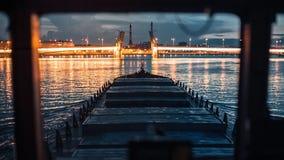 Buque de carga en la navegación de río almacen de metraje de vídeo