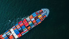 Buque de carga en las importaciones/exportaciones y el negocio logísticos, logísticos y imagen de archivo libre de regalías