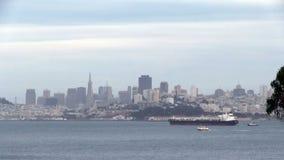 Buque de carga en San Francisco Bay With City Behind metrajes