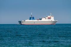 Buque de carga grande en el mar Fotos de archivo libres de regalías