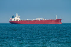 Buque de carga grande en el mar Fotos de archivo