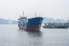 Buque de carga grande en la bahía de Halong Fotos de archivo libres de regalías