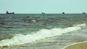 Buque de carga grande en la línea del horizonte en el océano abierto metrajes