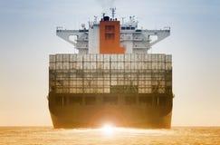Buque de carga internacional del envase para el concepto logístico de las importaciones/exportaciones foto de archivo libre de regalías