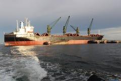 Buque de carga a la deriva en el mar Fotos de archivo libres de regalías