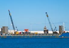 Buque de carga. Puerto de Monopoli. Apulia. imágenes de archivo libres de regalías