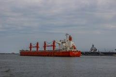 Buque de carga que viene abajo el canal en Norfolk Virginia Imágenes de archivo libres de regalías