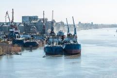 Buque de carga seca del río en la litera en el puerto Foto de archivo