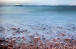 Buque de carga seca en el Mar Rojo en la noche Fotos de archivo libres de regalías