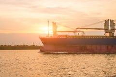 Buque de carga viejo con el cielo en puesta del sol Fotografía de archivo libre de regalías