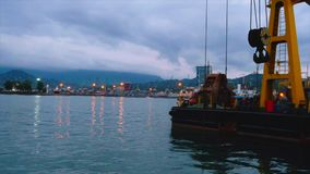 Buque de carga y barcos turísticos flotantes metrajes