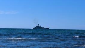 Buque de guerra en el horizonte de mar almacen de metraje de vídeo