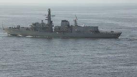 Buque de guerra en el mar almacen de metraje de vídeo