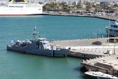Buque de guerra en el puerto en la isla de Creta imagenes de archivo