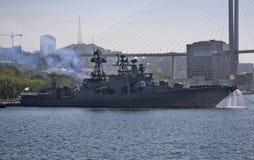 Buque de guerra en la ciudad de Vladivostok Rusia Fotografía de archivo