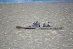 Buque de guerra modelo en la piscina Imagen de archivo
