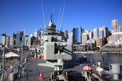 Buque de guerra y armas en el puerto de Sydney Fotografía de archivo
