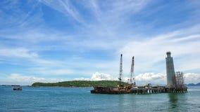Buque de la fuente junto a Jack Up Drilling Rig Over costero el P imagenes de archivo