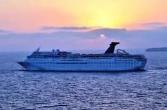 Buque de lujo de la travesía en el mar durante puesta del sol foto de archivo libre de regalías