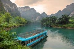 Buque de pasajeros en Hechi pequeño Three Gorges, Guangxi, China Fotos de archivo